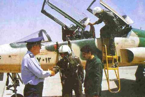 شهید سرلشگر منصور ستاری در حال دست دادن با خلبان F-5
