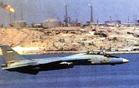 هواپیمای F-14 تامکت متعلق به نیروی هوایی جمهوری اسلامی ایران در حال گشت در جزیره خارک