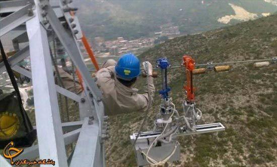 تصویر : کارکردن تکنسین های برق با خطوط جریان برق ولتاژ بالا !