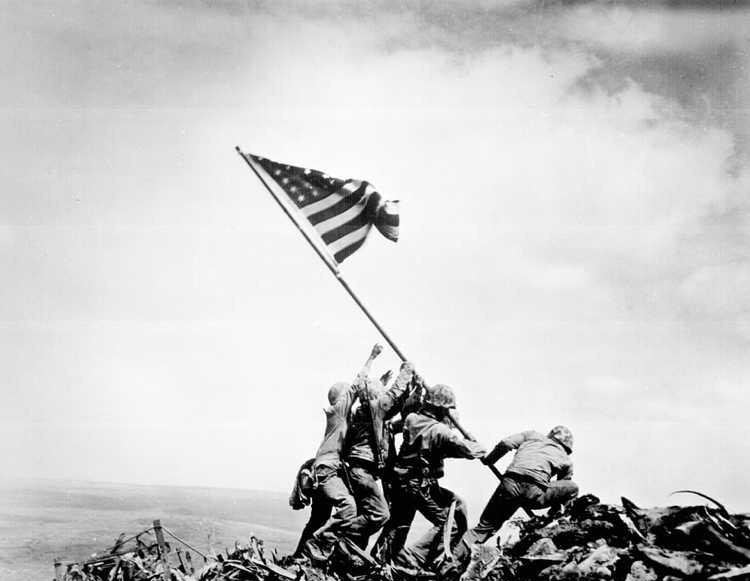 تفنگداران دریایی امریکا در حال افراختن پرچم بعد از فتح ایوو جیما