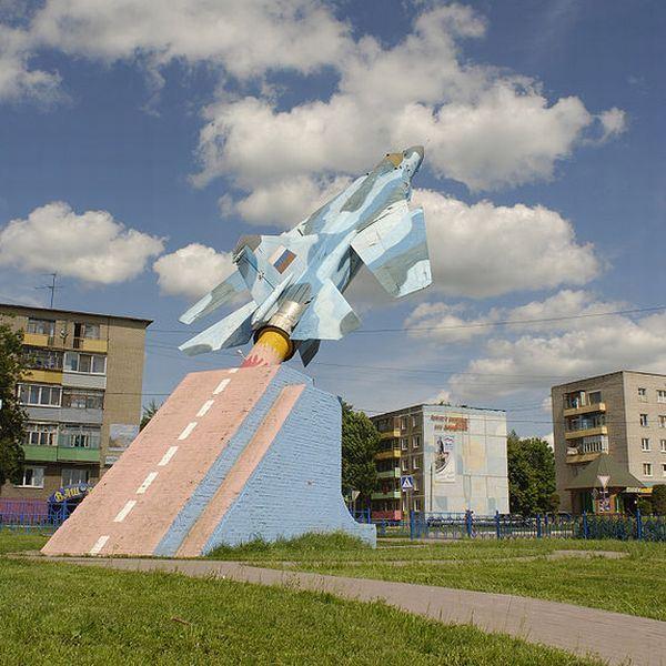 تصاویر/مجسمه هواپیما ها میگ / نماد جنگ سرد کمونیست ها