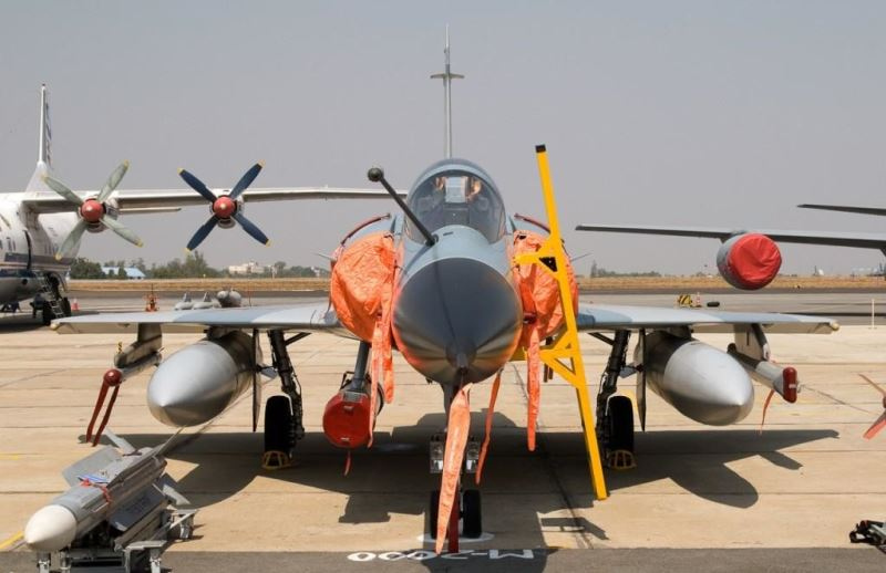 میراژ2000 اچ ارتش هند در این تصویر موشک سوپر ار 530 دی  و غلاف نشان گیری لیزری اطلس