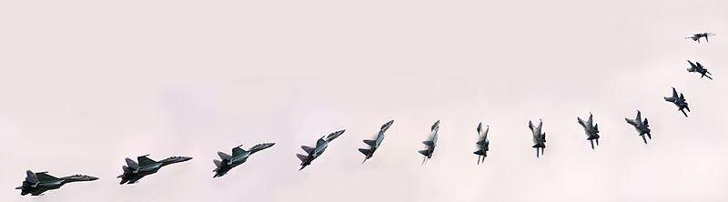 تصویر : مانور جنگنده سوخو 35