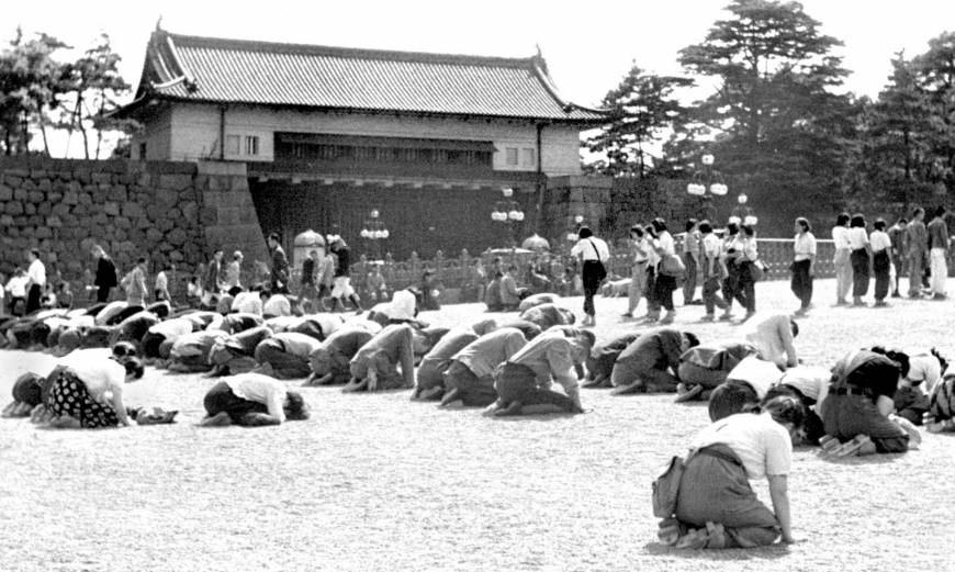 مردم به خاک افتاده ی ژاپن
